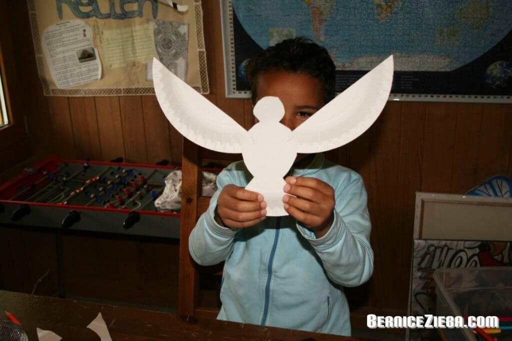 Zu Pfingsten Taube basteln aus Pappteller