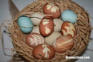 Ostereier mit natürlichen Farben