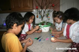 Eier dekorieren / Decorating Easter eggs
